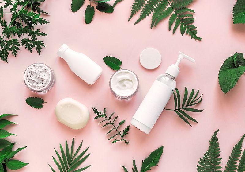 Produtos de skin scare para cuidados pessoal um do lado do outro